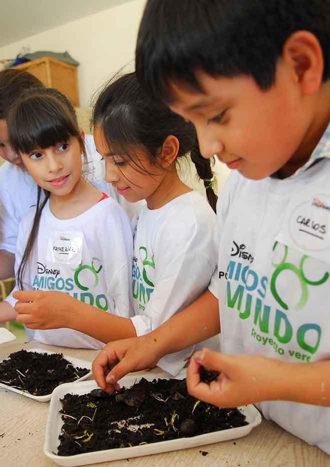 amigos-por-el-mundo-otorgaraacute-nuevas-becas-para-proyectos-comunitarios-liderados-por-nintildeos-y-joacutevenes-latinoamericanos-1