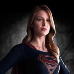 Melissa-Benoist-como-Supergirl-CBS-title