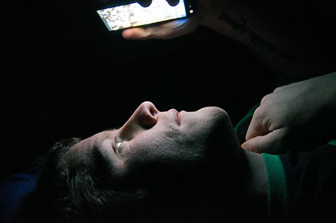revisar-el-telefono-antes-de-dormir-02