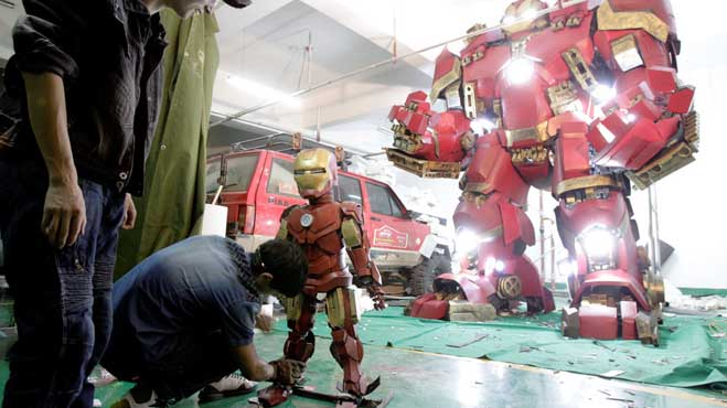 CHINA HENAN TEACHER MAKING IRON MAN AND HULKBUSTER ARMORS