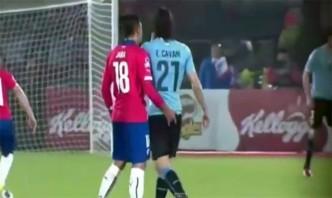 Jara-mete-el-dedo-en-el-trasero-a-Cavani-Copa-America-2015